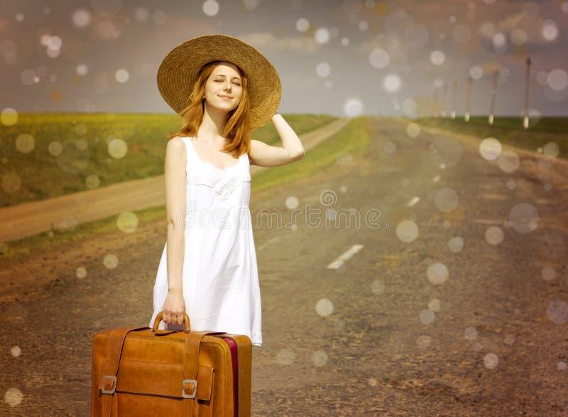 Eenzaam meisje met koffer royalty-vrije stock afbeelding