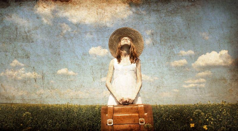 Eenzaam meisje met koffer bij land. royalty-vrije stock afbeeldingen