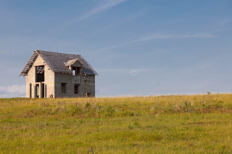 Eenzaam onvolledig huis op het gebied stock foto's