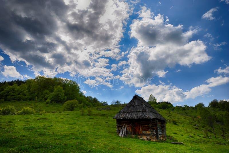 Eenzaam oud houten huis op een bergheuvel stock foto's