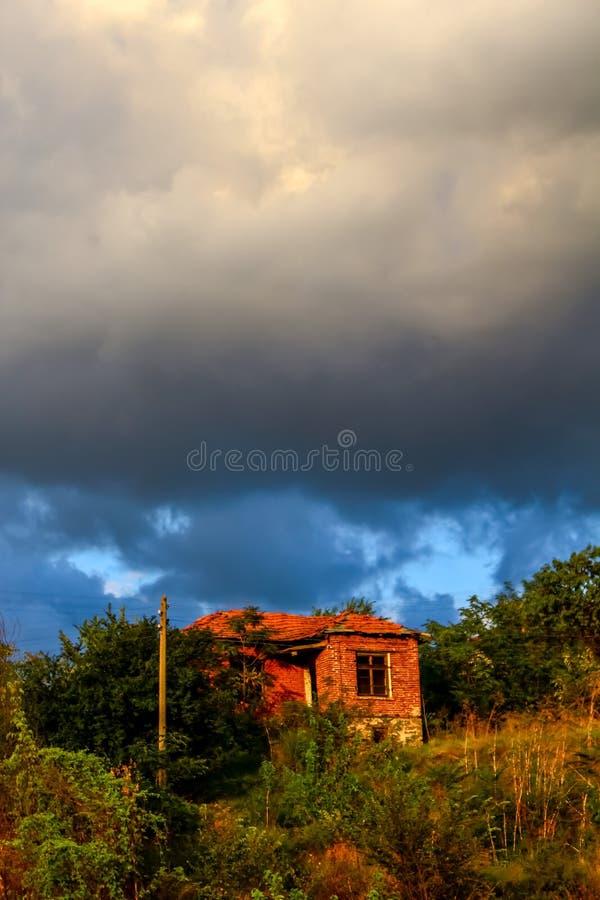 Eenzaam oud huis op de heuvel stock afbeelding