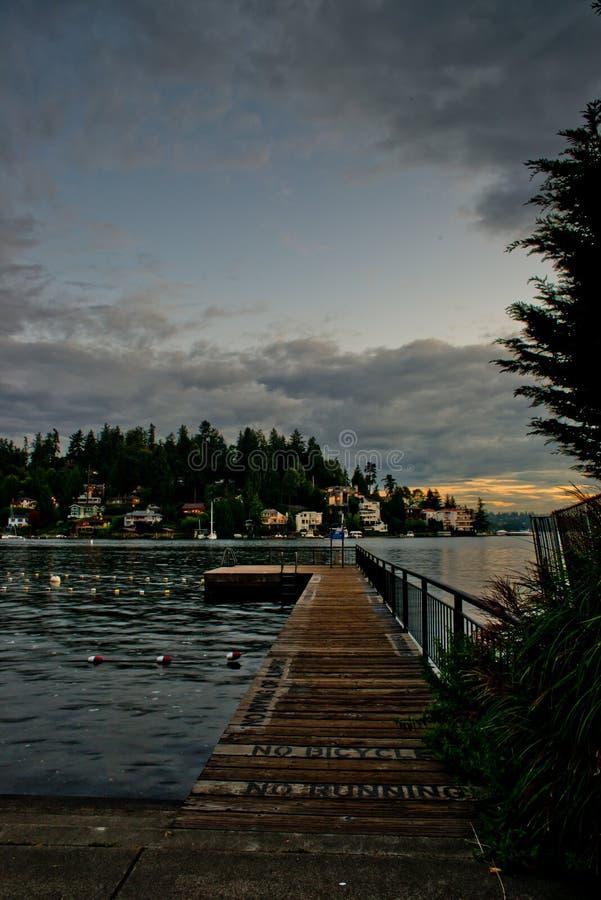 Eenzaam Pier At The Swimming Lanes bij Meydenbauer-Strandpark in Bellevue na Uur in het donker royalty-vrije stock afbeelding