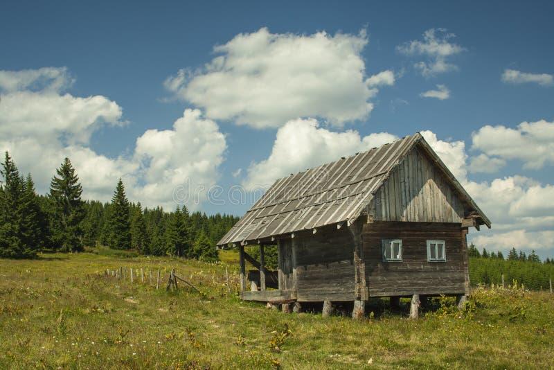Eenzaam plattelandshuisje bij Golija-berg Servië stock afbeeldingen
