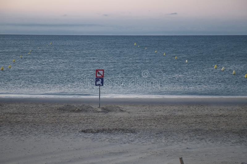 eenzaam strand vóór zonsondergang in de zomer royalty-vrije stock fotografie