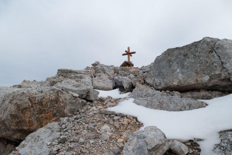 Eenzaam topkruis op een berg royalty-vrije stock fotografie