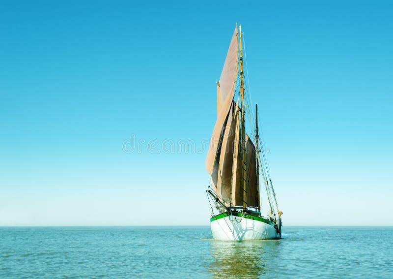 Eenzaam varend schip royalty-vrije stock afbeelding
