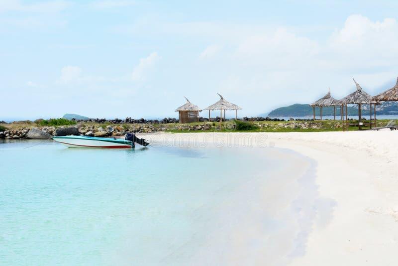 Eenzaam weinig boot Wit zandstrand op Unie Eiland Heilige Vincent en de Grenadines royalty-vrije stock afbeelding