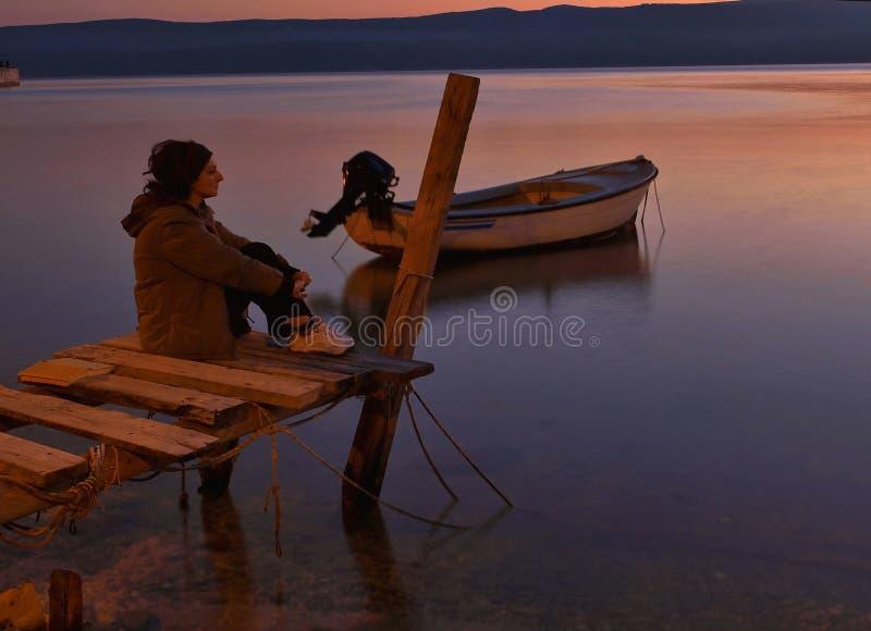 Eenzaamheid bij zonsondergang stock fotografie