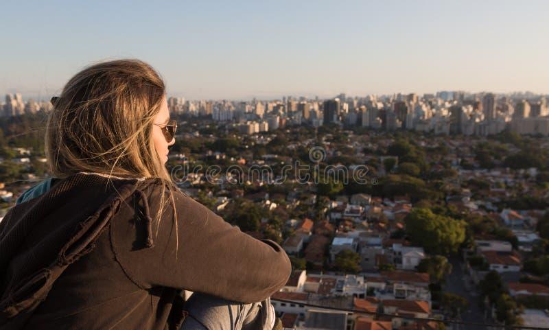 Eenzaamheid in de stad stock foto