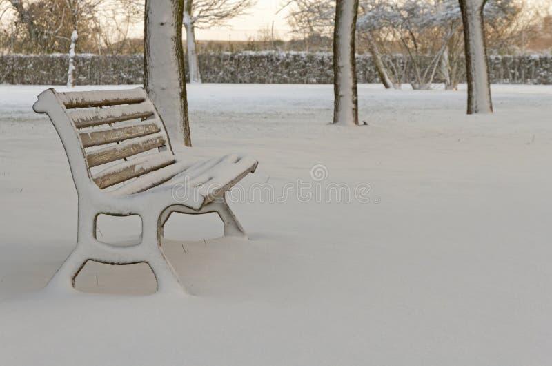 Eenzaamheid en Parkbank met Lege Sneeuw stock foto