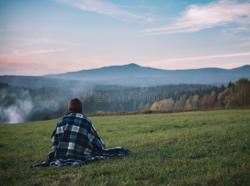Eenzaamheidvrouw en verbazend zonsonderganglandschap Één vrouw bij mooi landschap stock foto's