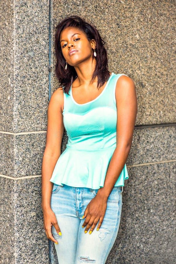 Eenzame Afrikaanse Amerikaanse Vrouw die buiten in New York denken stock afbeeldingen