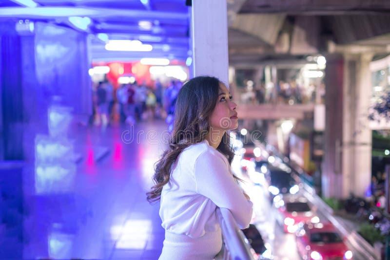 Eenzame Aziatische vrouw, openlucht in nacht royalty-vrije stock foto