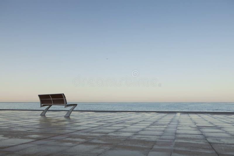 Eenzame Bank door het Overzees stock fotografie