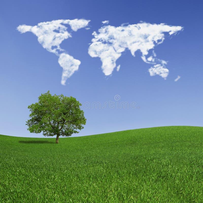 Eenzame boom en wereldkaartwolken stock foto