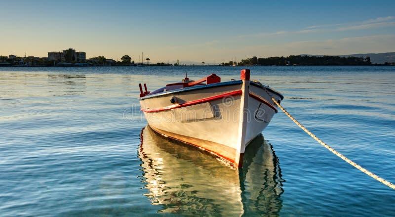 Eenzame boot bij de pijler van Eretria royalty-vrije stock foto's