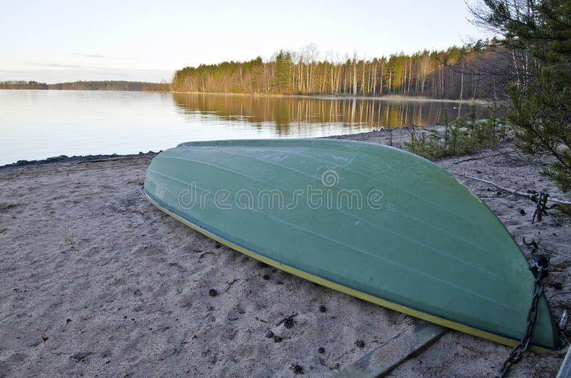 Eenzame boot in de grens van Meer in Finland royalty-vrije stock foto