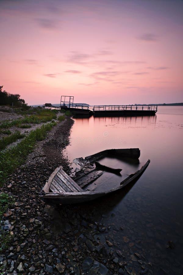 Eenzame boot op de bank stock foto's