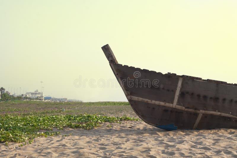 Eenzame boot in strandkant royalty-vrije stock afbeelding