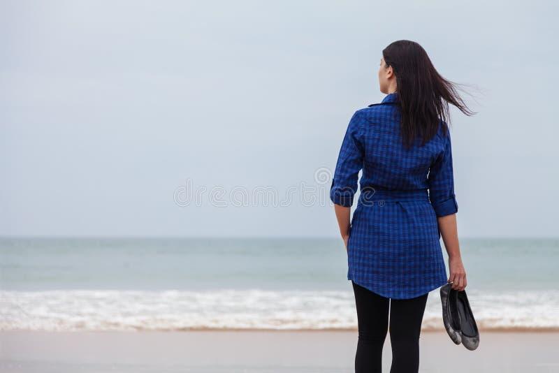 Eenzame en gedeprimeerde vrouw die zich voor het overzees bevinden royalty-vrije stock afbeelding