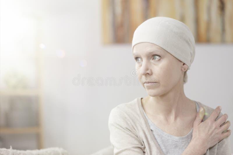 Eenzame en zieke vrouw royalty-vrije stock afbeeldingen