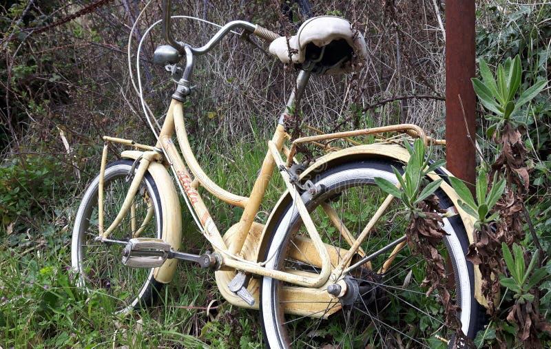 Eenzame fiets royalty-vrije stock afbeeldingen