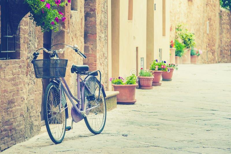 Eenzame fiets die op zijn eigenaar in Toscanië wachten royalty-vrije stock afbeeldingen