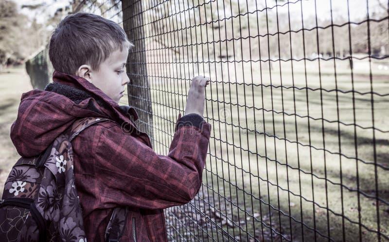 Eenzame geïntimideerde jongen stock afbeelding