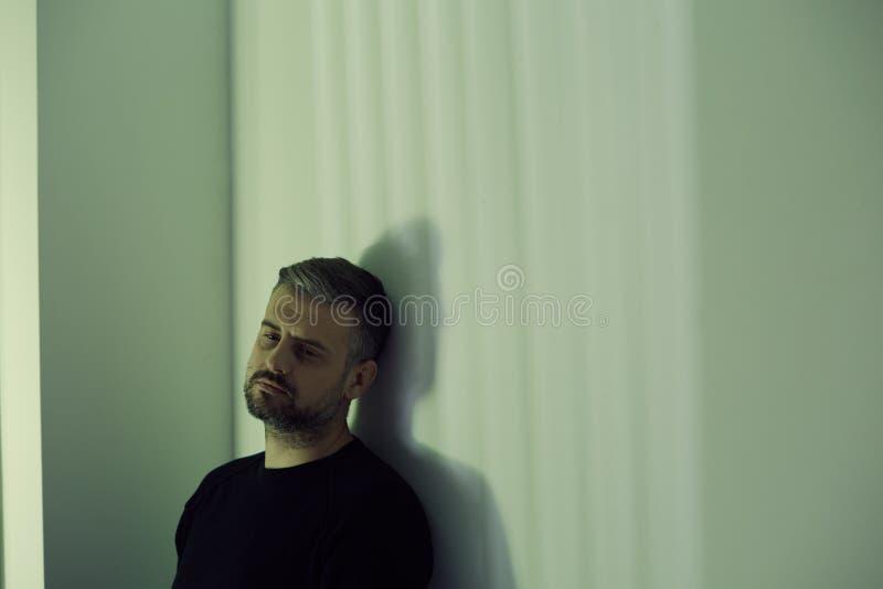 Eenzame gedeprimeerde mens stock foto