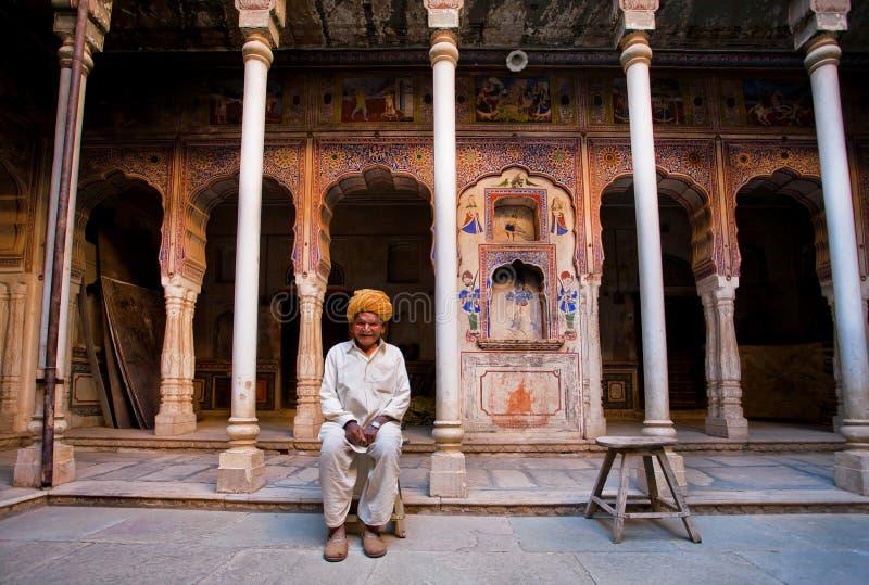 Eenzame gelukkige oudste in oud paleis stock foto's