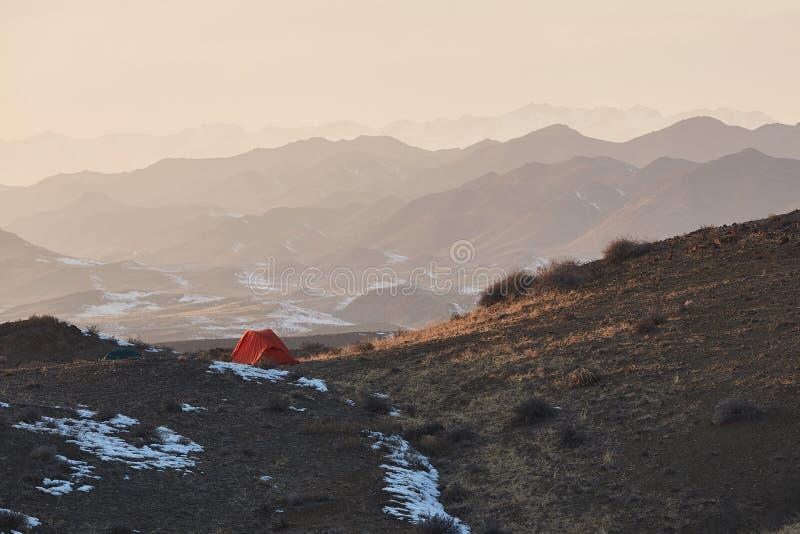 Eenzame het kamperen tent stock afbeelding