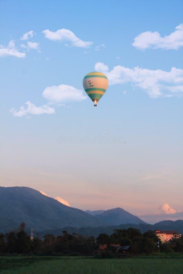 Eenzame hete luchtimpuls in Vang Vieng, Laos stock foto's
