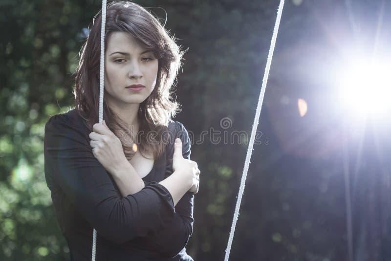 Eenzame jonge vrouw in verdriet stock afbeeldingen