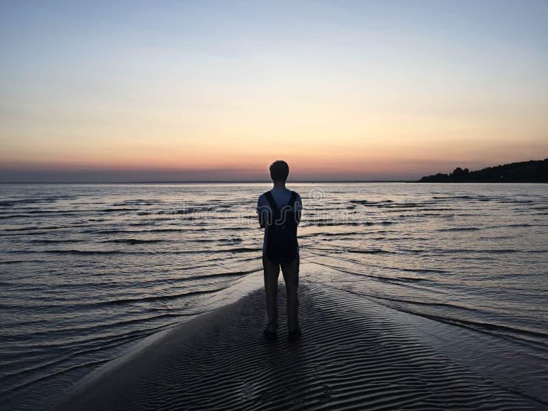 Eenzame jongen bij zonsondergang royalty-vrije stock foto