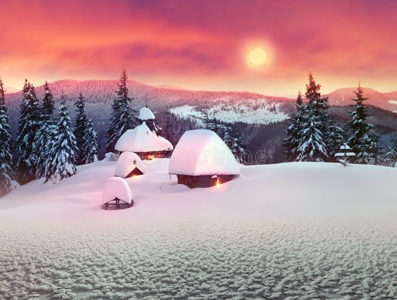 Eenzame kerk in de wilde bergen stock afbeelding