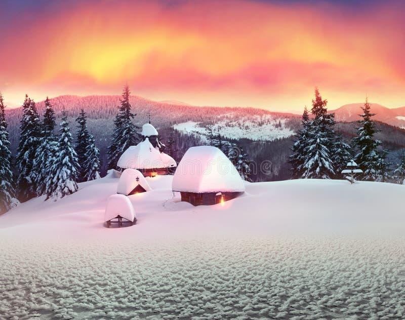 Eenzame kerk in de wilde bergen royalty-vrije stock afbeelding