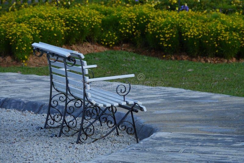 Eenzame lege bank in openbaar park voor rust royalty-vrije stock foto's