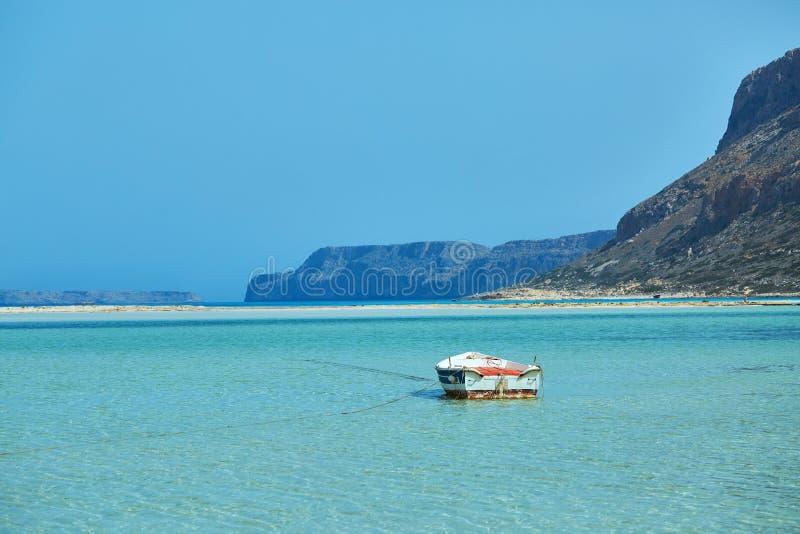 Eenzame lege boot op het Balos-strand, Kreta stock afbeeldingen
