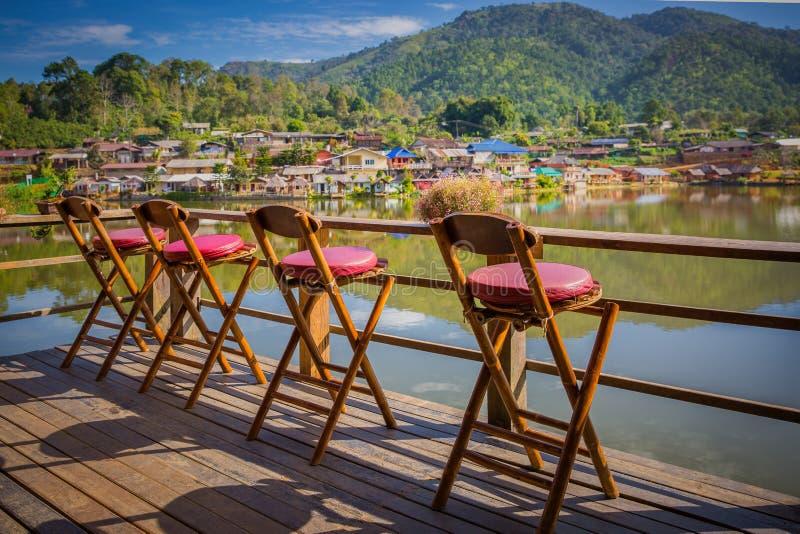 Eenzame lege stoelen op een dek bij rak Thais Dorp royalty-vrije stock fotografie