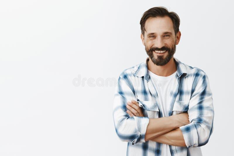 Eenzame mannelijke landbouwer die naar vrouw streven aan vrolijk haar, het posten beeld in sociale media Portret van de gelukkige royalty-vrije stock afbeelding