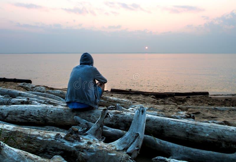 Eenzame mens bij kust royalty-vrije stock foto
