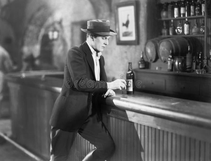 Eenzame mens die zich bij een barteller bevinden met een drank (Alle afgeschilderde personen leven niet langer en geen landgoed b royalty-vrije stock afbeeldingen