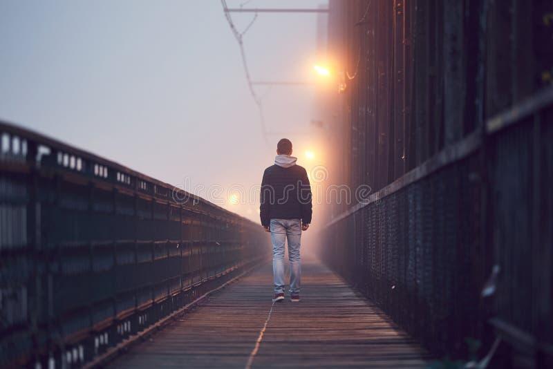 Eenzame mens op de oude brug stock afbeeldingen