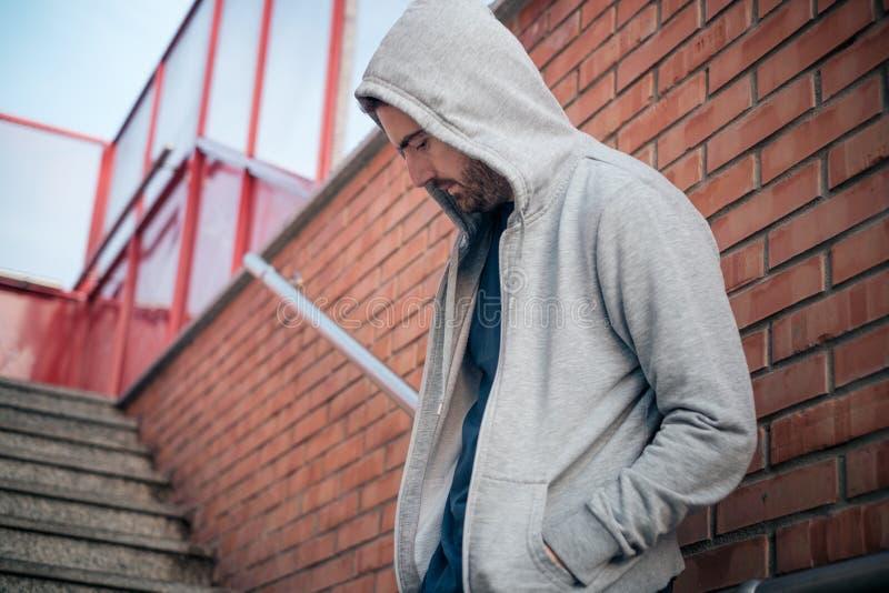 Eenzame Mensen stedelijke muur stock fotografie