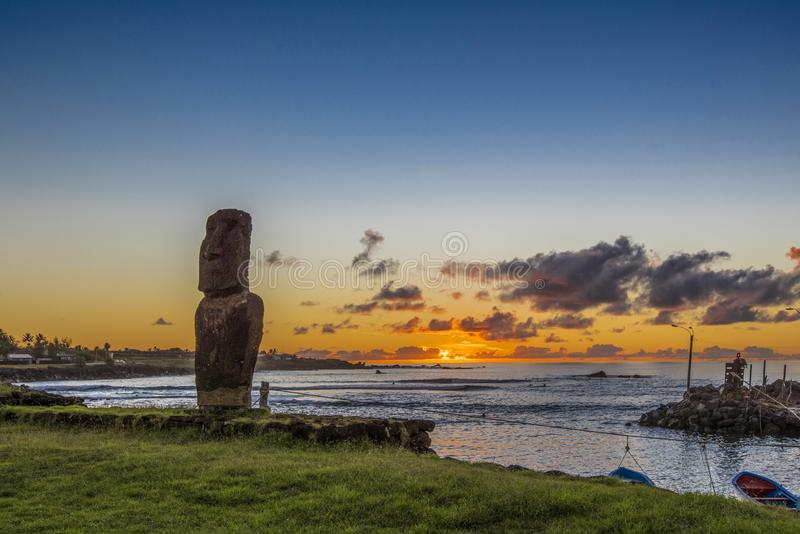 Eenzame moai bij zonsondergang dichtbij de jachthaven van Hanga Roa stock fotografie