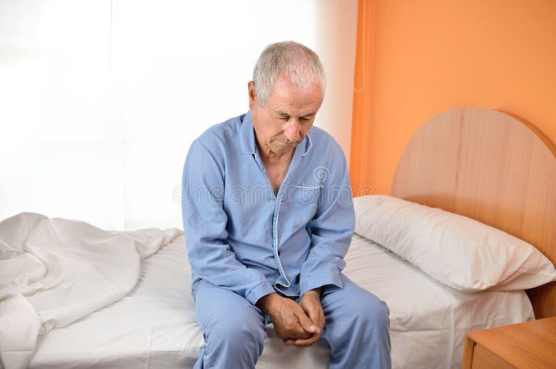 eenzame oudere mens stock foto