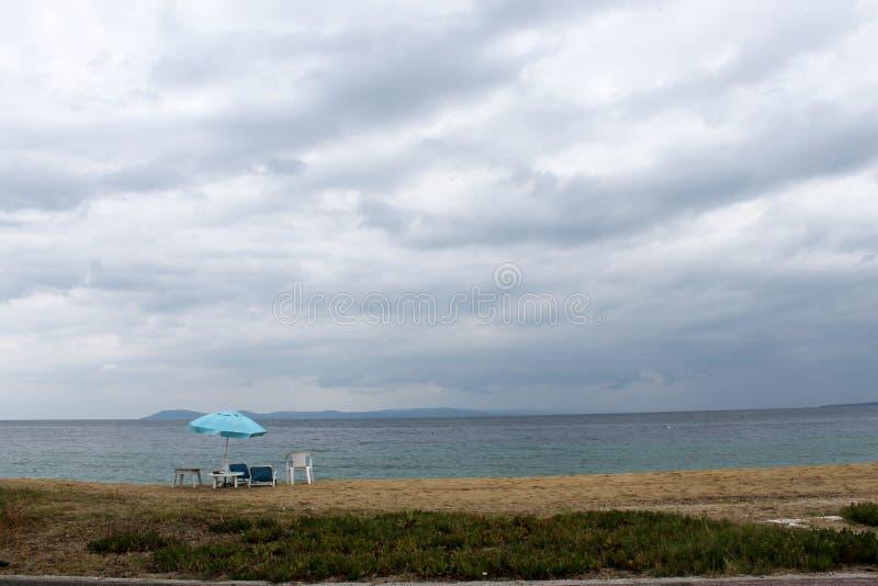 Eenzame paraplu en ligstoelen in het Middellandse-Zeegebied royalty-vrije stock afbeeldingen