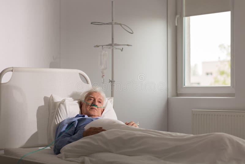 Eenzame patiënt in het ziekenhuis stock foto's