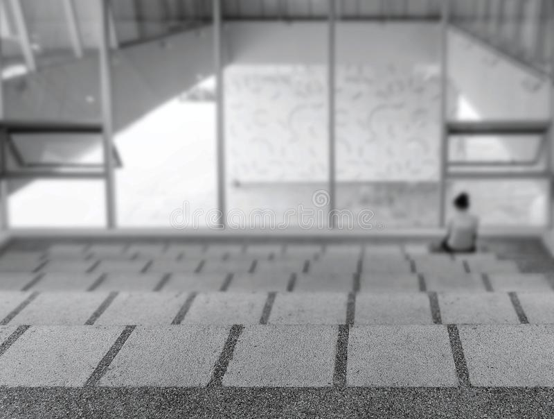 Eenzame Persoon in een Modern Gebouw royalty-vrije stock afbeelding