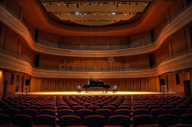 Eenzame piano vóór een overweging stock afbeeldingen